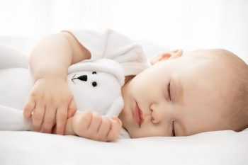 baby-sleeping-with-stuffed-animal-infant-sleep-consutlant-seattle-sleep-coach